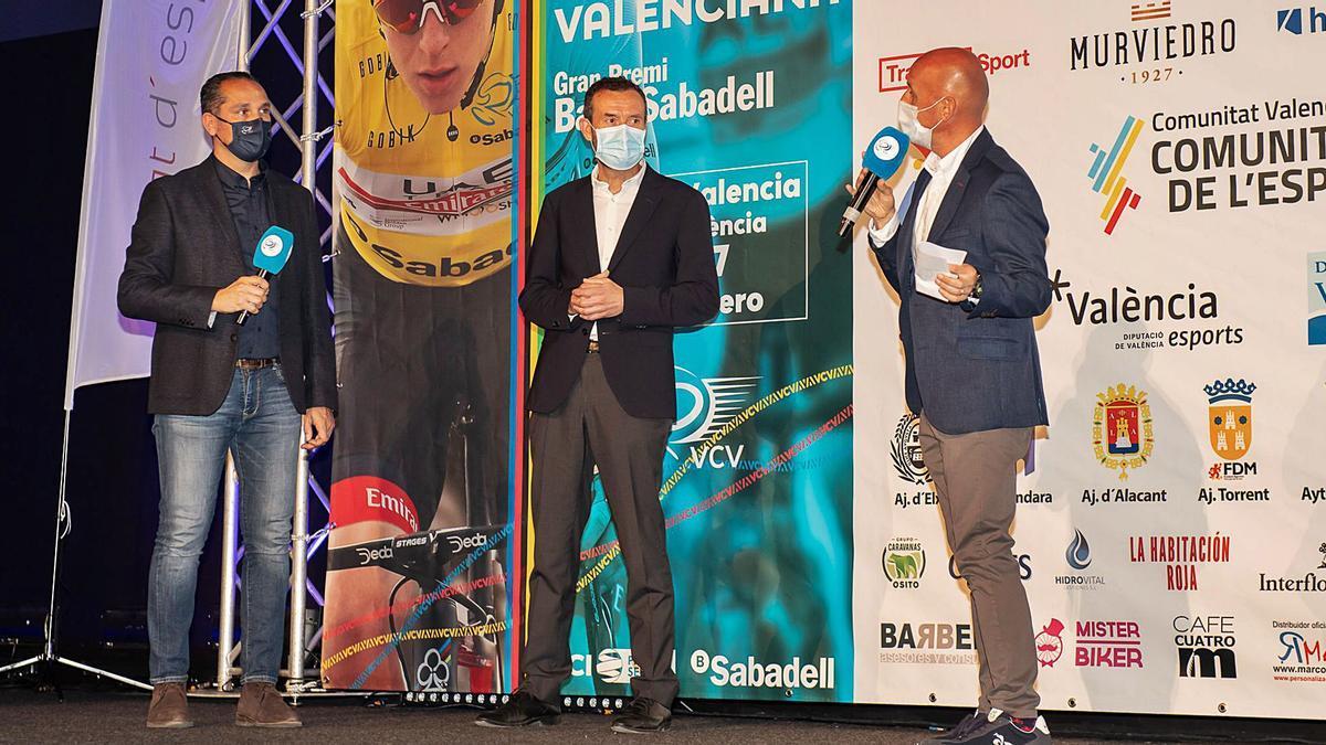 Ángel Casero, director de la Volta Ciclista a la Comunitat Valenciana, a la izquierda durante la presentación de la carrera.  | LEVANTE-EMV