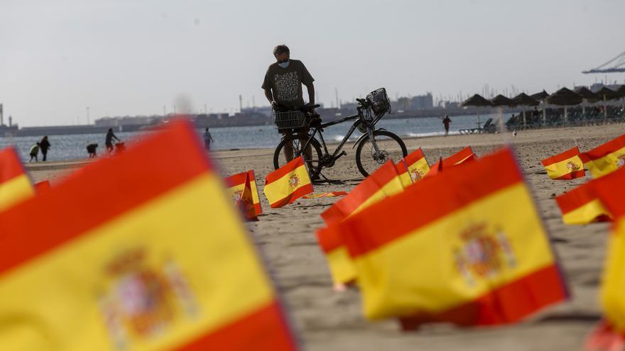 La playa de la Patacona amanece con miles de banderas de España