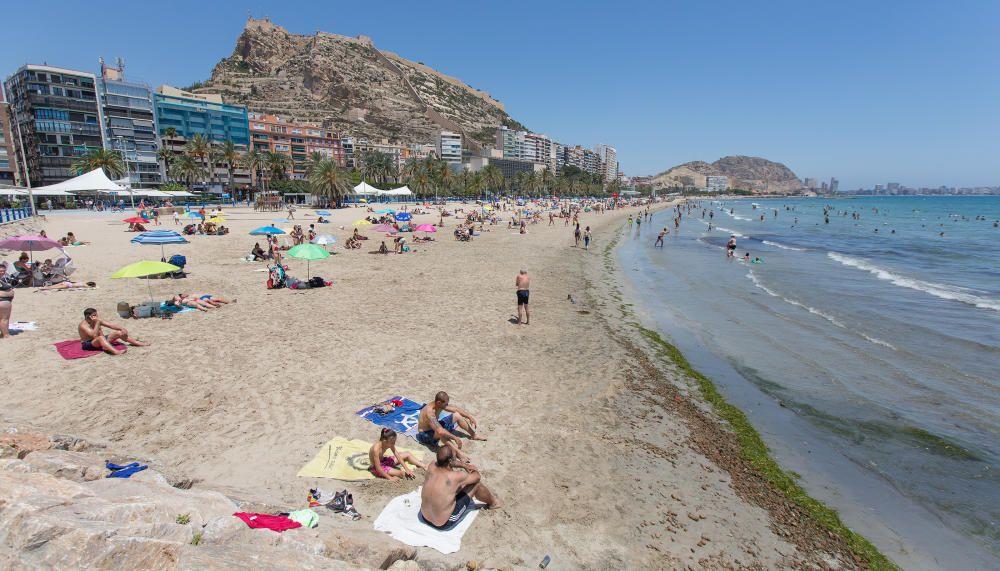 El Postiguet, en Alicante, con bandera azul.