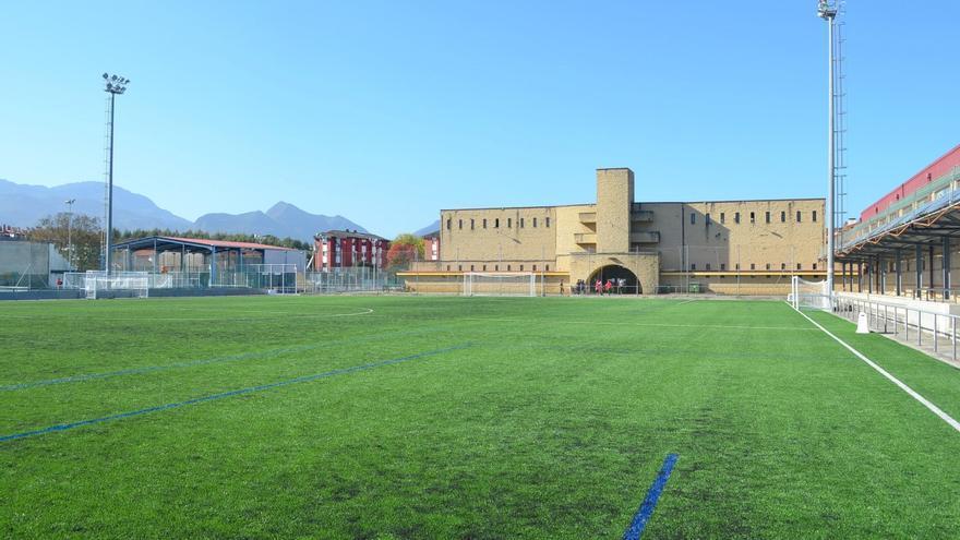 Premio para el campo de fútbol de La Encarnación, en Llanes, por su flamante césped artificial