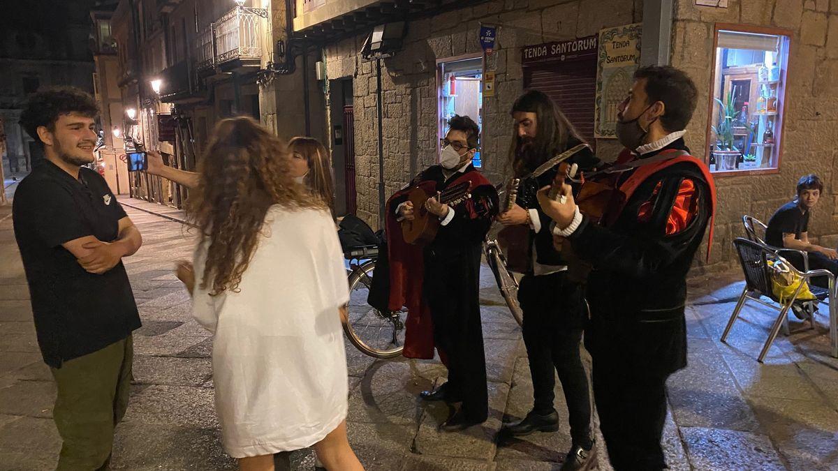Un trío de tunos, por las calles de Ourense.