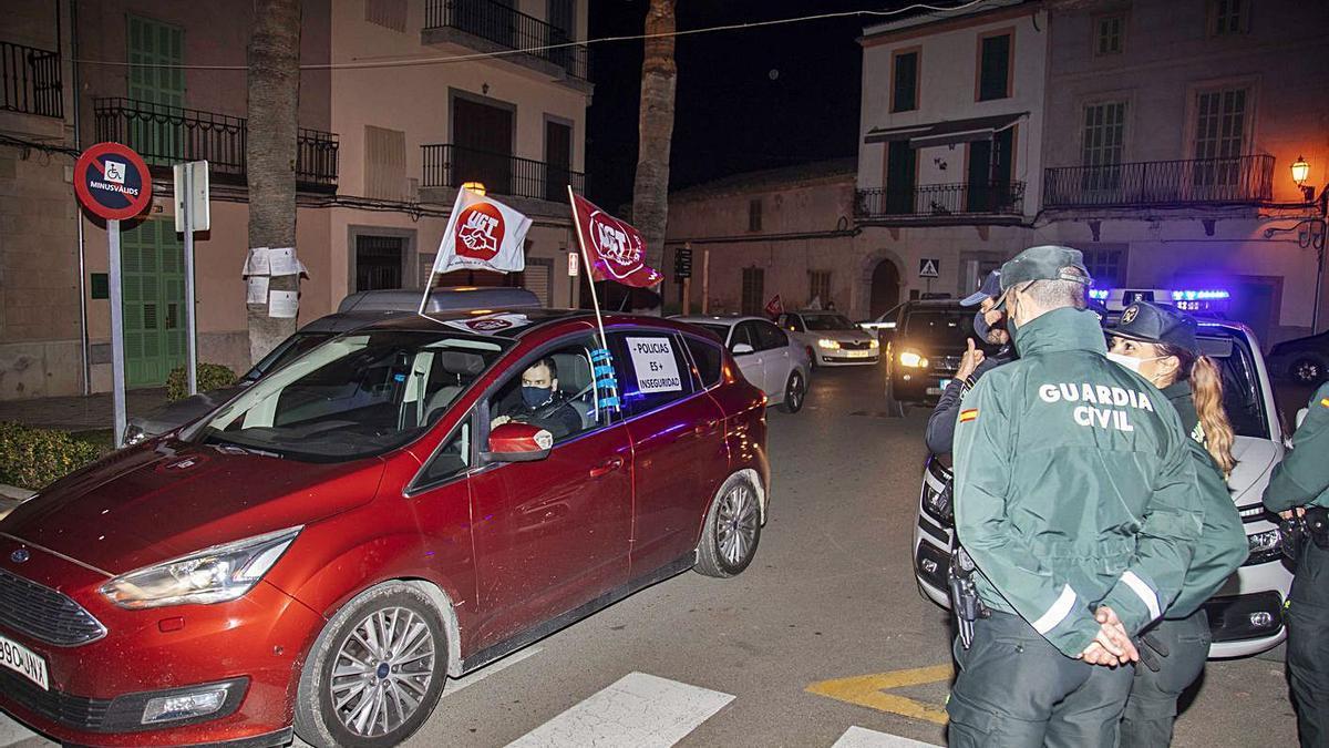 Más de veinte vehículos recorrieron las calles de Santa Margalida durante la protesta. | GUILLEM BOSCH