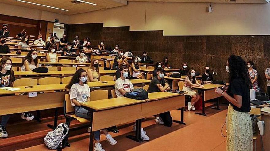 La UMH anula 13 meses después la reserva de pupitre para asistir a clase