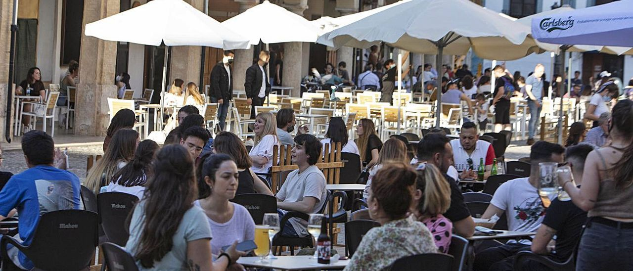 Clientes en la terraza de un bar de la Plaça del Mercat de Xàtiva, el pasado viernes | PERALES IBORRA