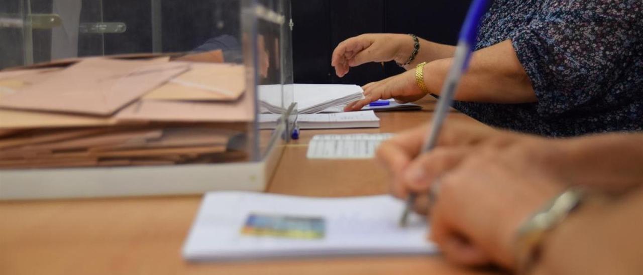 Una mesa electoral.