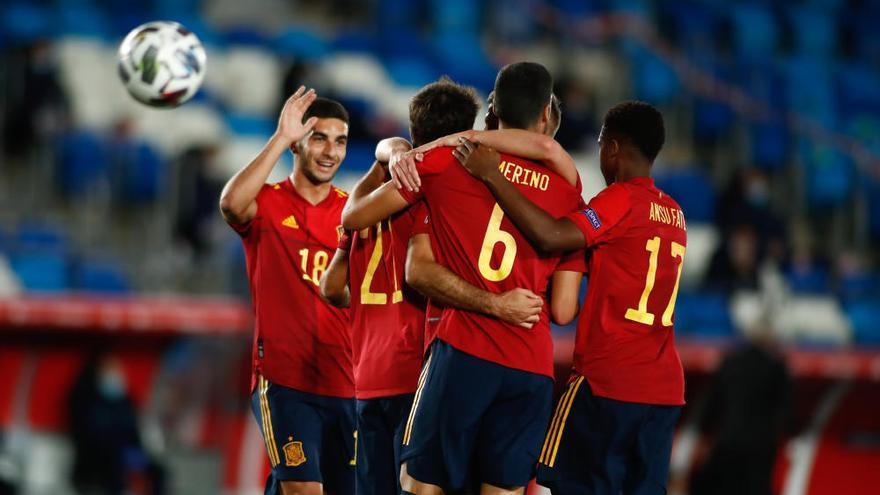España gana a Suiza y agarra el liderato con un regalo