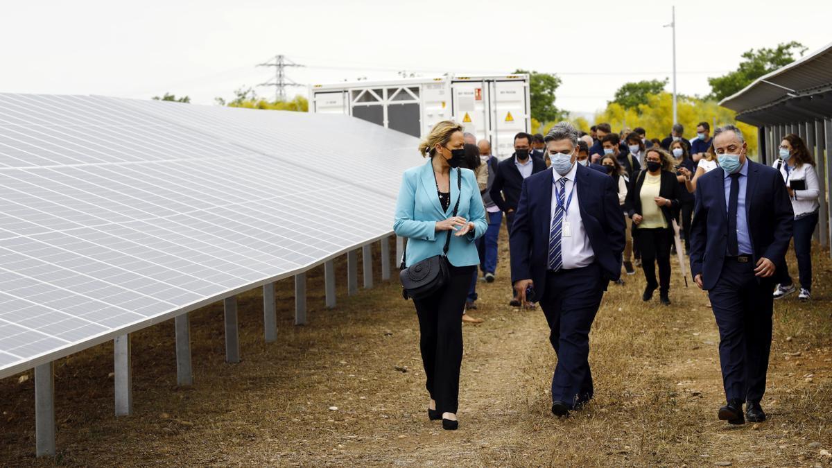 El director de la planta de Stellantis en Figueruelas, Manuel Munárriz (a la derecha), este viernes en la presentación del parque solar de la fábrica.