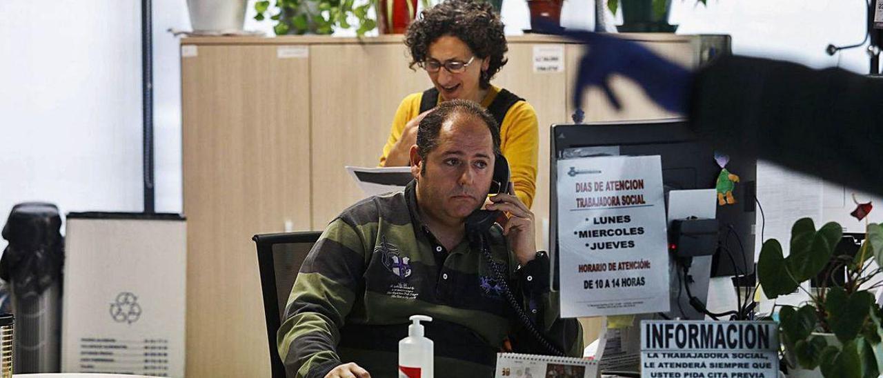 Daniel García y Francis Pozo, en las dependencias de Servicios Sociales de Avilés, en una imagen de archivo.