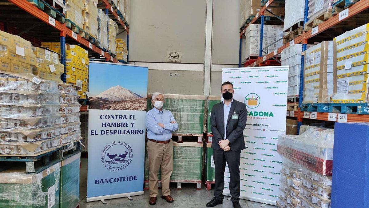 Hernán Cerón (i) y Jorge Pérez renovaron ayer la colaboración entre el Banco de Alimentos de Tenerife y Mercadona.