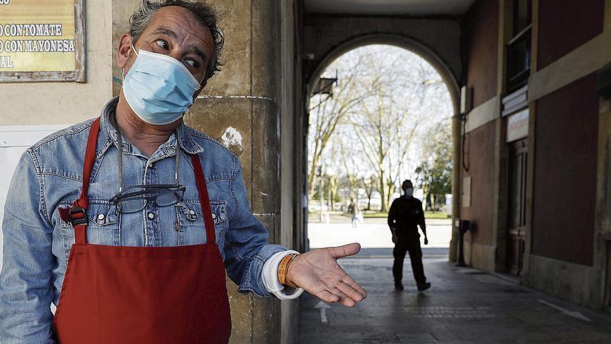 Avilés vive su primer día de cierre total de la hostelería y el comercio con citas improvisadas al aire libre