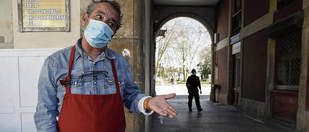 El frutero José Fernández, ayer, en la plaza de Hermanos Orbón. | Mara Villamuza
