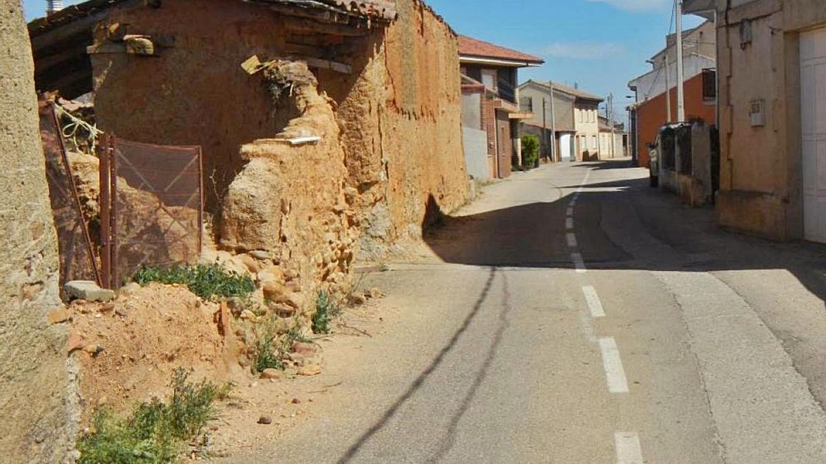 Estado actual de una travesía en la localidad zamorana de Pumarejo de Tera.