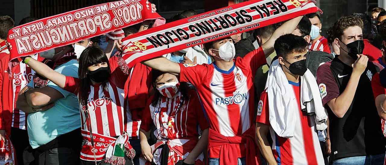 Aficionados del Sporting, antes del último partido del pasado curso, contra el Almería. | Juan Plaza