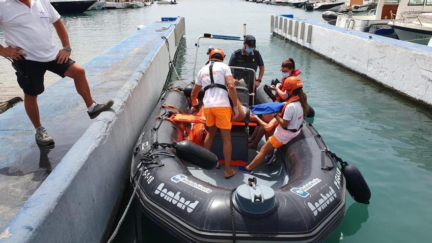 Rescatan a una mujer accidentada en un barco de recreo en la cala de Llebeig