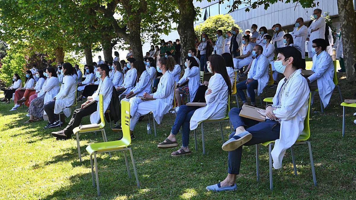 Sanitarios guardan un minuto de silencio en A Coruña por los muertos por el COVID. |   // CARLOS PARDELLAS