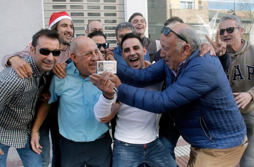 Varios clientes del restaurante Pepe, de San Vicente del Raspeig (Alicante) celebran el 26590, agraciado con el Gordo.