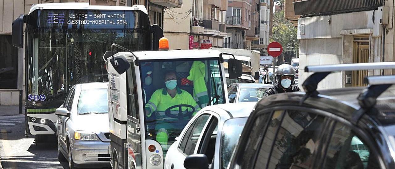 Atascos ocasionados ayer en algunas de las calles del centro de Elche como consecuencia de los trabajos de asfaltado que se van a realizar durante toda la semana.