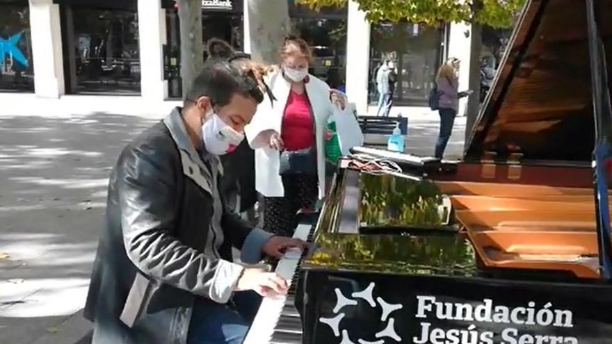 La plaza Aragón se llena de música el día en el que los pianos invaden Zaragoza.