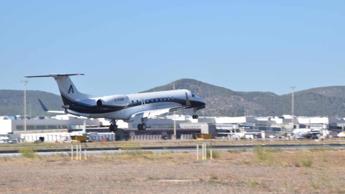 Un avión privado en el aeropuerto de Ibiza.