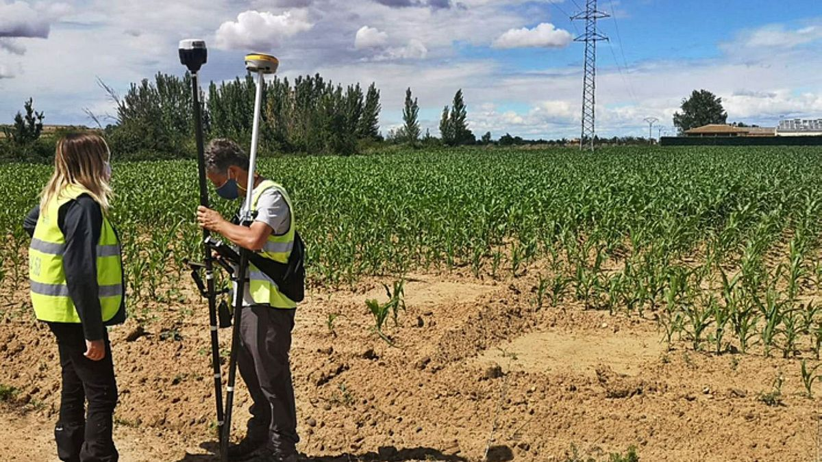 Técnicos realizando las mediciones para el estudio topográfico de los terrenos del Puerta del Noroeste. | E. P.