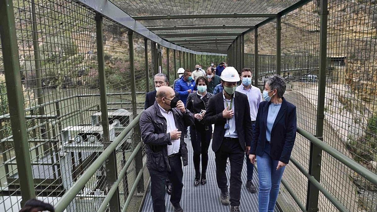 Los alcaldes de Cieza y Calasparra recorrieron la pasarela junto al delegado de Iberdrola.   JAVIER GÓMEZ