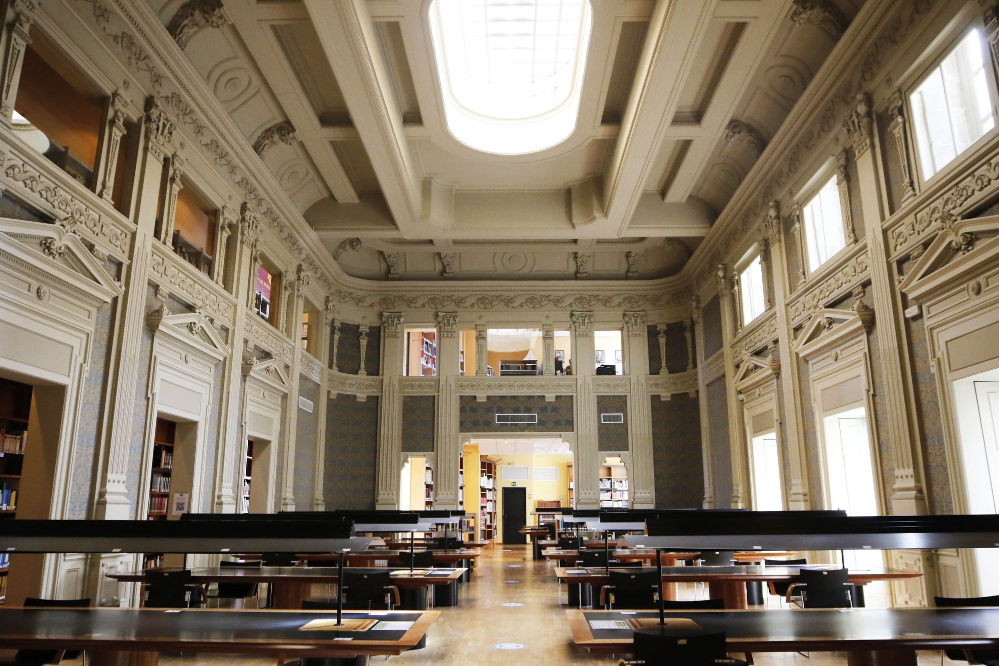 23.interior biblioteca juan compa�el alba villar.JPG