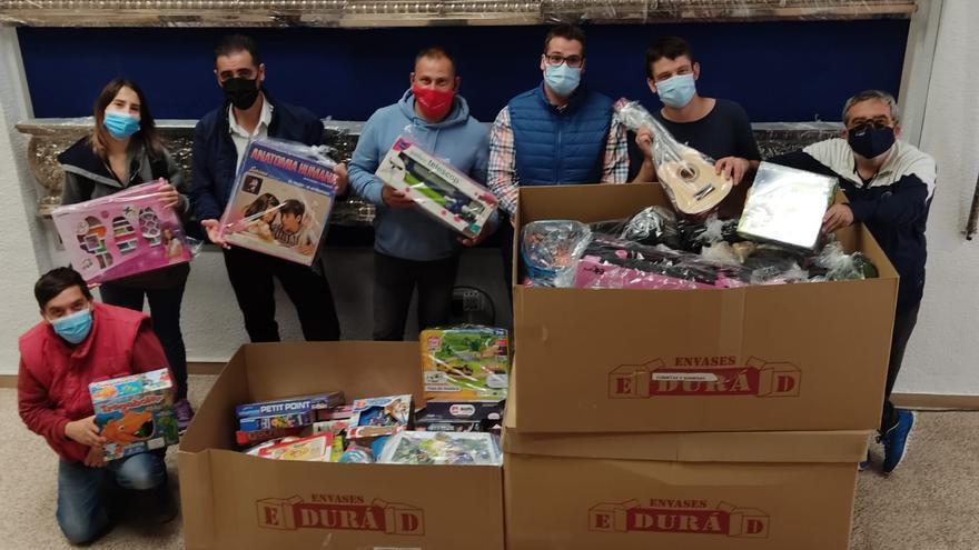 La hermandad de la Santa Cena entrega cinco lotes de juguetes por valor de 3.300 euros a asociaciones benéficas