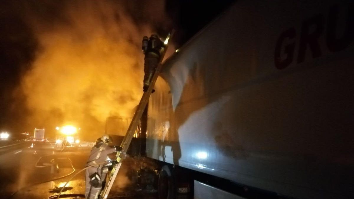 Bombers treballant en l'incendi