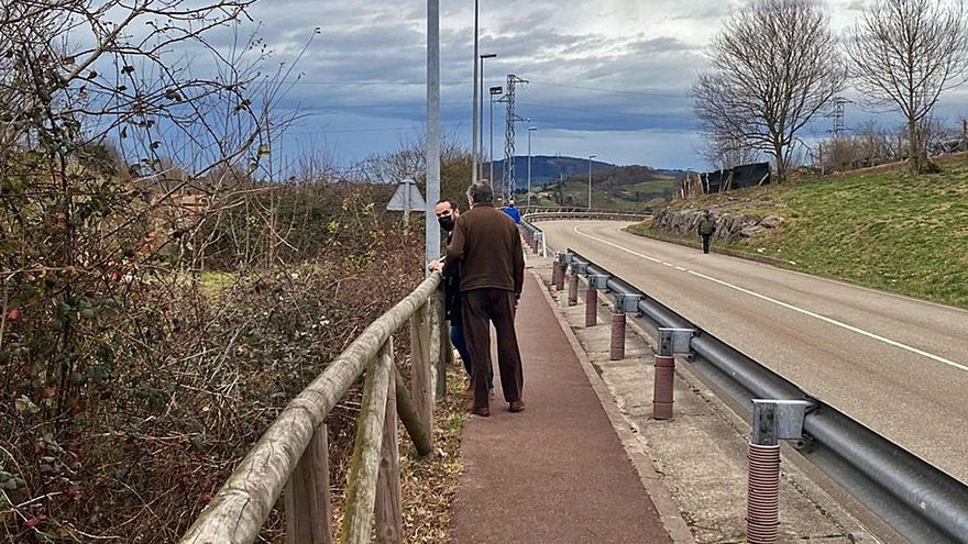 El PP urge mejoras en la senda paralela a la carretera de Carbayín