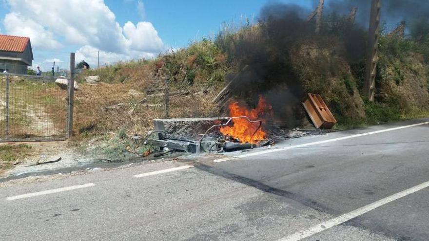 Policía y vecinos sofocan un fuego en un contenedor en A Barraca