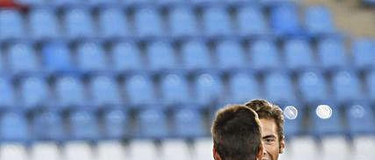 Álvaro Vázquez y Gragera felicitan a Saúl García.