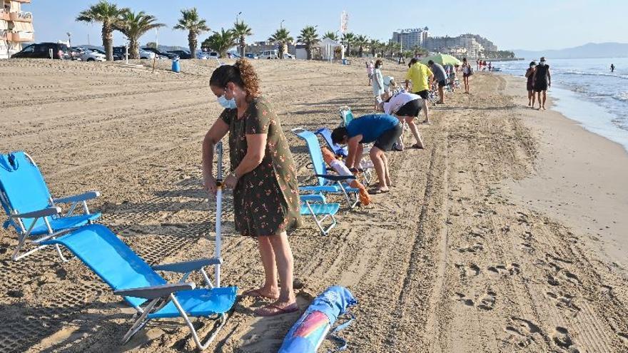 Orpesa rubrica la prohibición de reservar sitio en la playa a cualquier hora del día