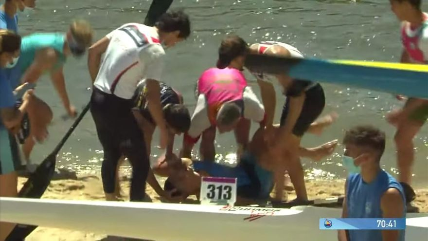 Emilio Merchán rescata a un rival que se había desmayado en el agua