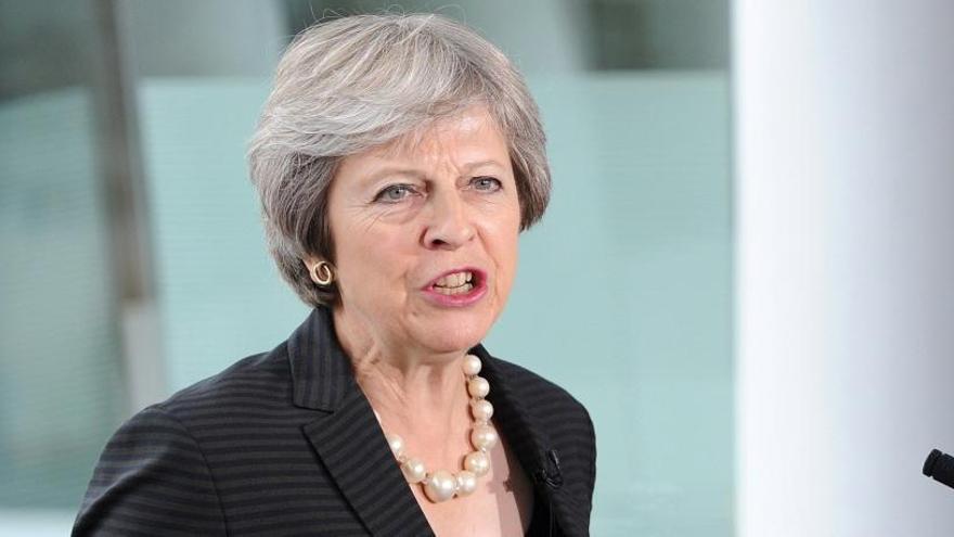"""May rechaza la solución de Bruselas de una frontera """"dura"""" con Irlanda del Norte"""