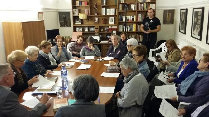 El club de lectura de Darnius debat la novel·la 'Un hombre' de Josep Maria Gironella
