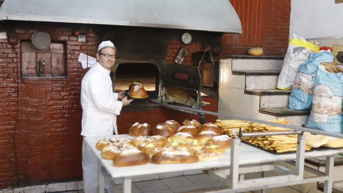Tomás Julio, sacando monas de Pascua en su horno de Gandia