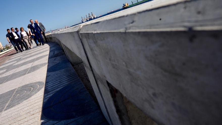 Nuevos bancos de hormigón para la Avenida Marítima