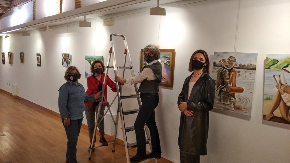 Encinas y algunos alumnos, preparando la exposición.