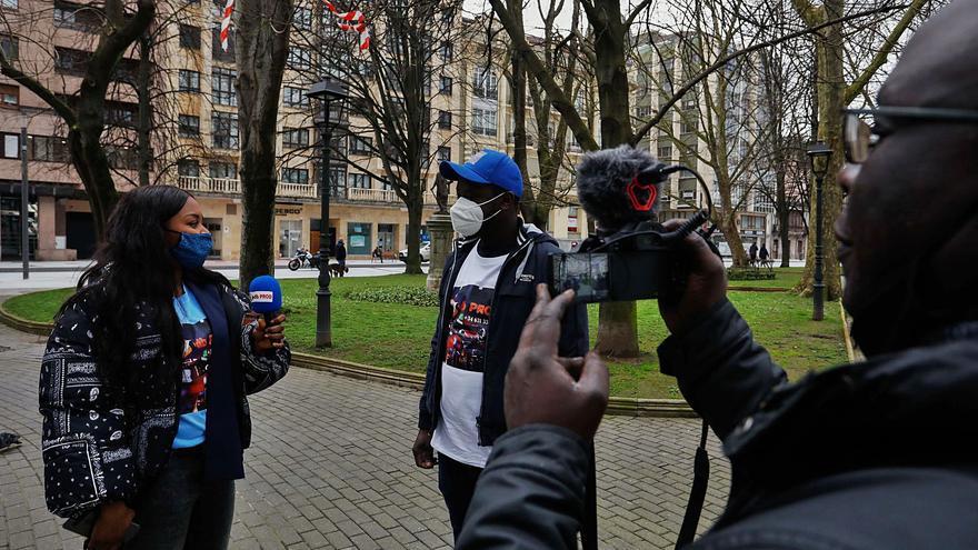 Africanos en Avilés graban vídeos para disuadir a sus compatriotas de emigrar