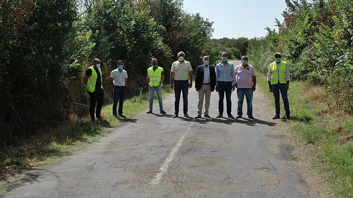 Replanteo de la obra en la carretera de Fuentelcarnero, con la asistencia de José María Barrios.