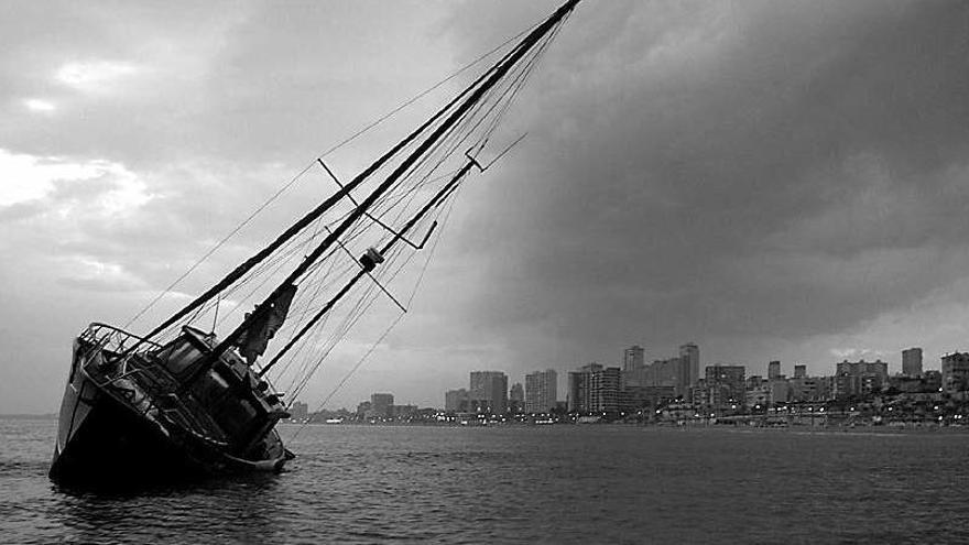Rescatan un velero estadounidense tras encallar ante el Malecón de La Habana
