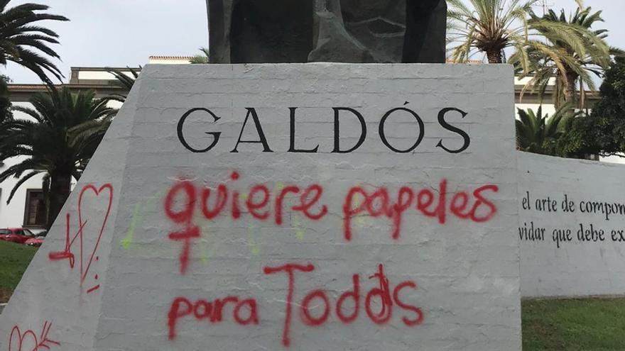 Pintadas en la estatua de Galdós