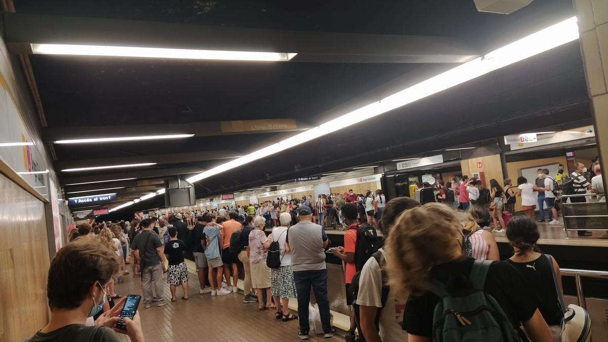 Aglomeracions en el metro per una fallada elèctrica.