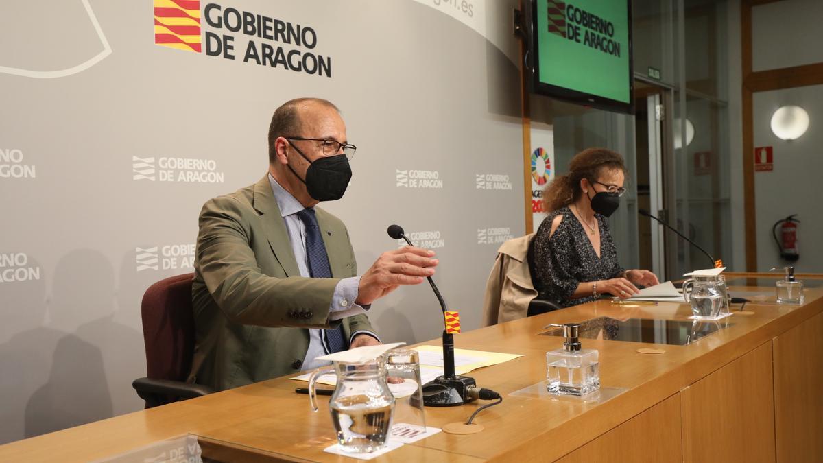 Felipe Faci, durante la presentación de las directrices que marcarán el próximo, junto a la secretaria general técnica, Estela Ferrer.