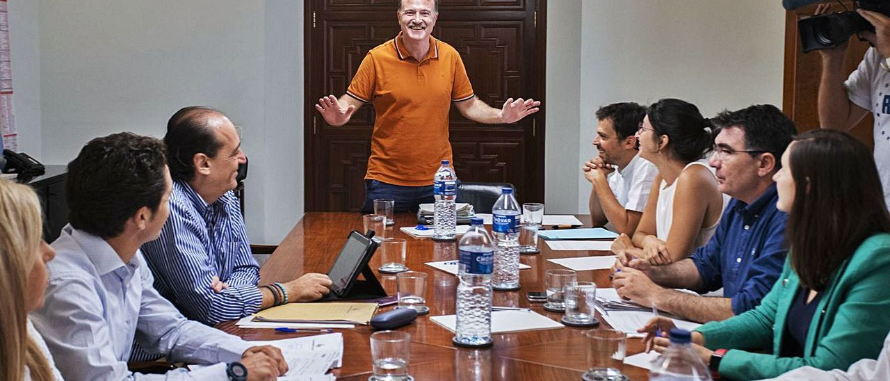 Imagen de archivo del consejo de administración de la EMT, con Grezzi, de pie. | GERMÁN CABALLERO