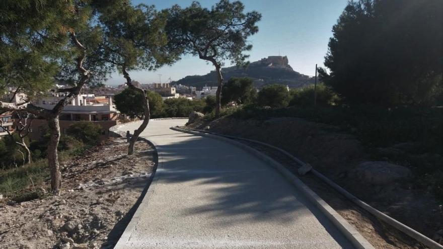 Barandillas de madera para salvar los desniveles en el monte Tossal de Alicante