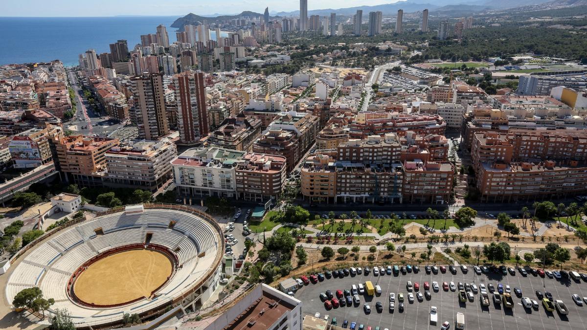 Vista aérea de los barrios Foietes-Colonia Madrid y, al fondo, Poniente, las dos zonas con mayor rastro de coronavirus en Benidorm en sus aguas residuales.