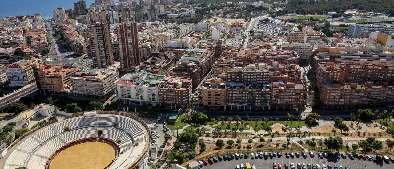 Vista aérea de los barrios Foietes-Colonia Madrid y, al fondo, Poniente, las dos zonas de Benidorm con mayor rastro de covid-19 en sus aguas residuales.
