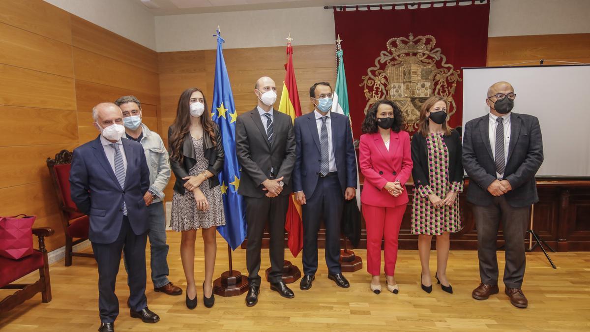 La presidenta del TSJEx (tercera por la derecha) junto al resto de los miembros del tribunal.
