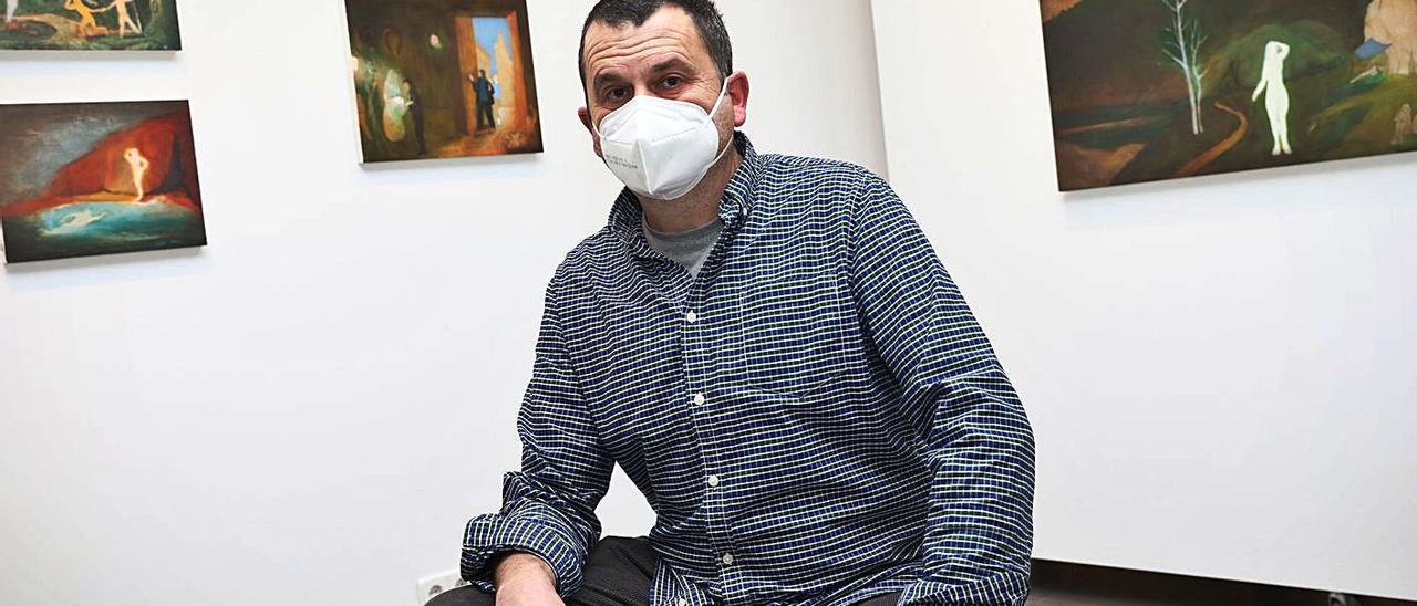 Alberto Ámez, ayer, ante algunas de sus obras en la galería Arancha Osoro de Oviedo. | Juan Plaza